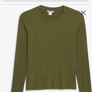 En skogsgrön ribbad långärmad tröja från Monki. Använd någon gång, därför är det jättebra skick. Den ska sitta tight på. Hör av er gärna om ni vill ha mer bilder/info