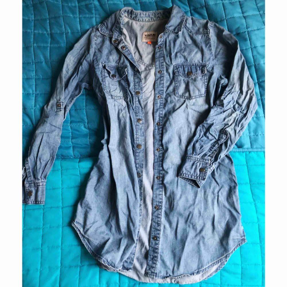 Jeans shirt, size 34, a bit longer than till waist, looks great with black leggins!. Skjortor.