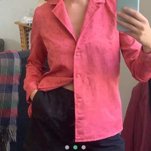 Säljer denna superfina skjortan jag köpte på plick för ett tag sen, men som tyvärr inte riktigt var min stil! Finns ingen lapp eller märke men fråga på om allt annat ! (bilderna är lånade) 💖 köparen står för frakt