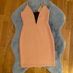 Snygg fin klänning, säljer den för 100kr. Säljer den för att den är inte min storlek länge tyvärr.