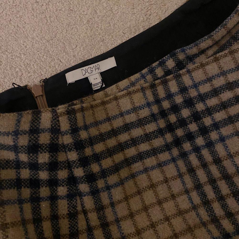 Rutig kjol från Dagmar som inte använts! Storlek 34 men passar mig som vanligtvis har 36🌸 Köparen står för eventuell frakt. Kjolar.