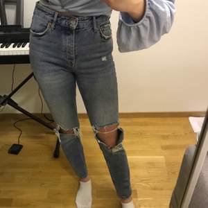 Ripped jeans från Gina Tricot, hög midja! Passar mig perfekt som e 168cm o storlek 36, men använder tyvärr inte längre. Fram- och bakfickor!            Endast swish, köparen står för frakt. 💡🖼🤎