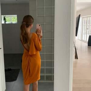 Jättefin orange klänning, oanvänd med så fin öppen rygg