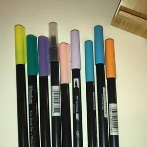 Fina pennor i olika färger och märken. Har en brush tip och en tusch sida. Skriv om intresserad. Olika priser beroende på penna 💓💓💓