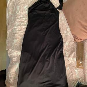 Svart halter-neck klänning köpt second hand. Jag själv har aldrig använt och vad jag kan se så är den bra skick. Storlek s/m skulle jag säga.