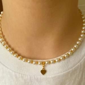 Justerbart halsband men en hjärtformad berlock🤍🤎pris: 55 kr + 12 frakt