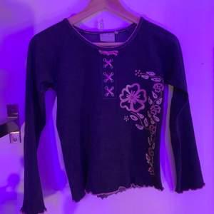 """En långärmad tröja från tidigt Kappahl i """"jeanstyg"""" men blommor och kors vid nyckelbenen!"""