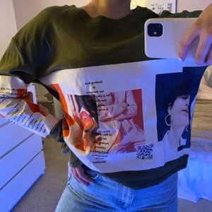 Skit cool sweatshirt med as najs tryck, den är lång i armarna vilket är skit snygg!