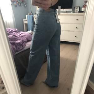Jeans från NA-KD endast använda en gång. Säljer pga av att jag har ett liknande par hemma! Jeansen är i storlek 36, men är uppklippta ca 4cm i benen då dem var alldeles för långa på mig som är 162cm. Nypris 500kr💕