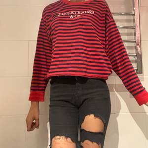 långärmad tröja från levi's i marinblått och rött. sjukt söt men tyvärr inte min stil