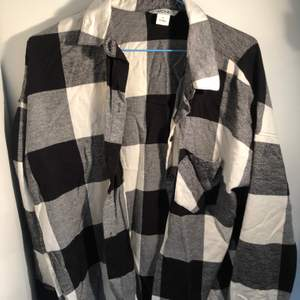 Snygg flanellskjorta i svartvit från mobil! Denna är riktigt härlig och snygg men passar tyvärr inte riktigt mina til längre och därför säljer jag den. Det är i nästan nyskick! Kan mötas upp annars tillkommer frakt