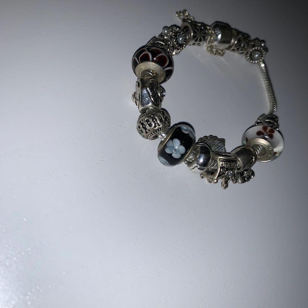 Jättefin Pandora likt armband med berlock . Övrigt.