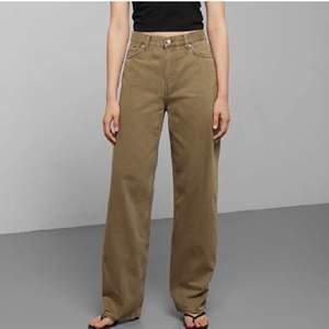 Säljer dessa baggy/straight jeans från weekday i modellen rail i prima skick. Sitter bra på mig som är 1.74! Bara att skriva angående frågor eller fler bilder 🥰