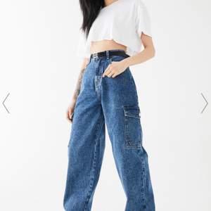 Hej! Säljer ett var hela nya jeans. Dom har två fickor på sidan och är längre i modellen.  Kan gå ner i pris vid snabbt köp! Köparen står för frakten🚚