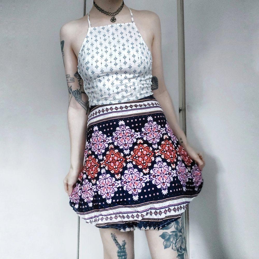 SÅÅ FIN klänning från HM!😍  Olika mönster på kjoldelen och toppdelen som komplementerar varandra så bra! HELT NY OCH OANVÄND med prislapparna kvar!! Den har skktfina straps i ryggen 🥰 Stängs med dold dragkedja på sidan Storlek 36 Nypris 149kr 80kr. Klänningar.