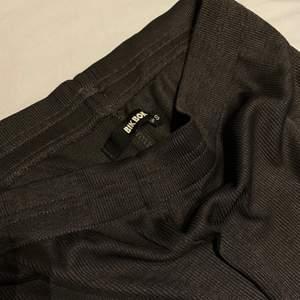Raka byxor från Bikbok storlek S, använda enstaka gånger.