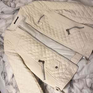 Hej! Säljer denna vita skinnjacka nu! Jag funderar på att priset ska vara 500! Men självklart går det att diskuteras!