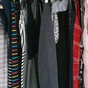 Många klänningar, pris varierar mellan 20 - 100 kr. Dm vid intresse ⚡⚡