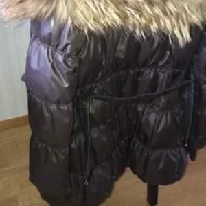 Fin hollies jacka i storlek 38 med äkta päls , använd men mycket sparsamt. Priset kan även diskuteras
