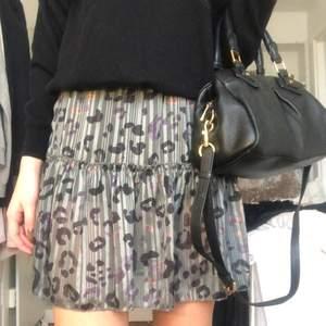 """Jättefin grön leopard kjol med inbyggda """"shorts"""" under. Perfekt året om. Storlek S men passar även mindre storlekar och större!"""