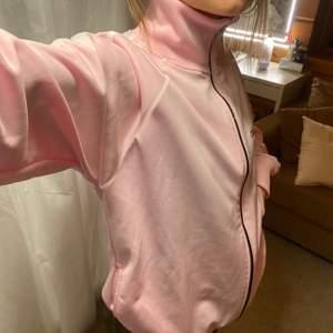 ljusrosa adidas zip tröja i strl L, passar som oversized, nästan aldrig använd, buda privat från utgångspris💞💞💞