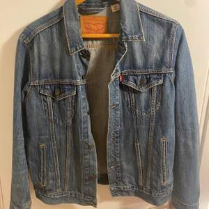 Säljer min mörkablåa Levi's jeansjacka. Den är storlek M men ser bra ut på mindre storlekar också då den ger en oversized look. Den är knappt använd och har inga flaws.