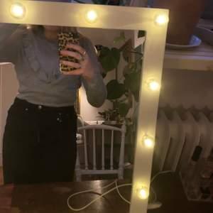 Super söt långarmad tröja från second Female med volang, super bra kvalitet och skönt material. Har den instoppad i byxorna på den e lite än vad den ser ut❤️  BUDA I KOMENTARERNA 💗