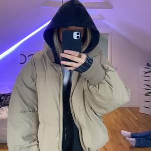 Beige oversize jacka från Zara!! hyfsat använd men inga slitningar💕💕Skriv till mig vid intresse🥰 budet ligger på 450kr plus frakt!!