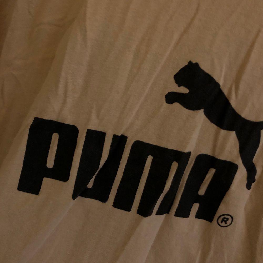 En gammal t-shirt i nyskick. Bara lite skrynklig . T-shirts.