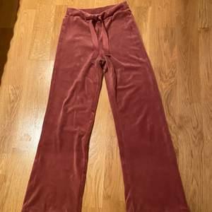 Jättefina rosa mjukisbyxor från Lindex. Nästan helt oanvända och i jättebra skick. Storlek XS. 200 kr plus frakt.