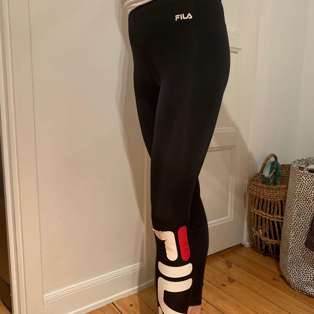 Träningstights, kan sjävklart användas på annat sätt också. Storlek S. Filamärket har lite sprickor, annars är dem i väldigt fint skick. . Jeans & Byxor.