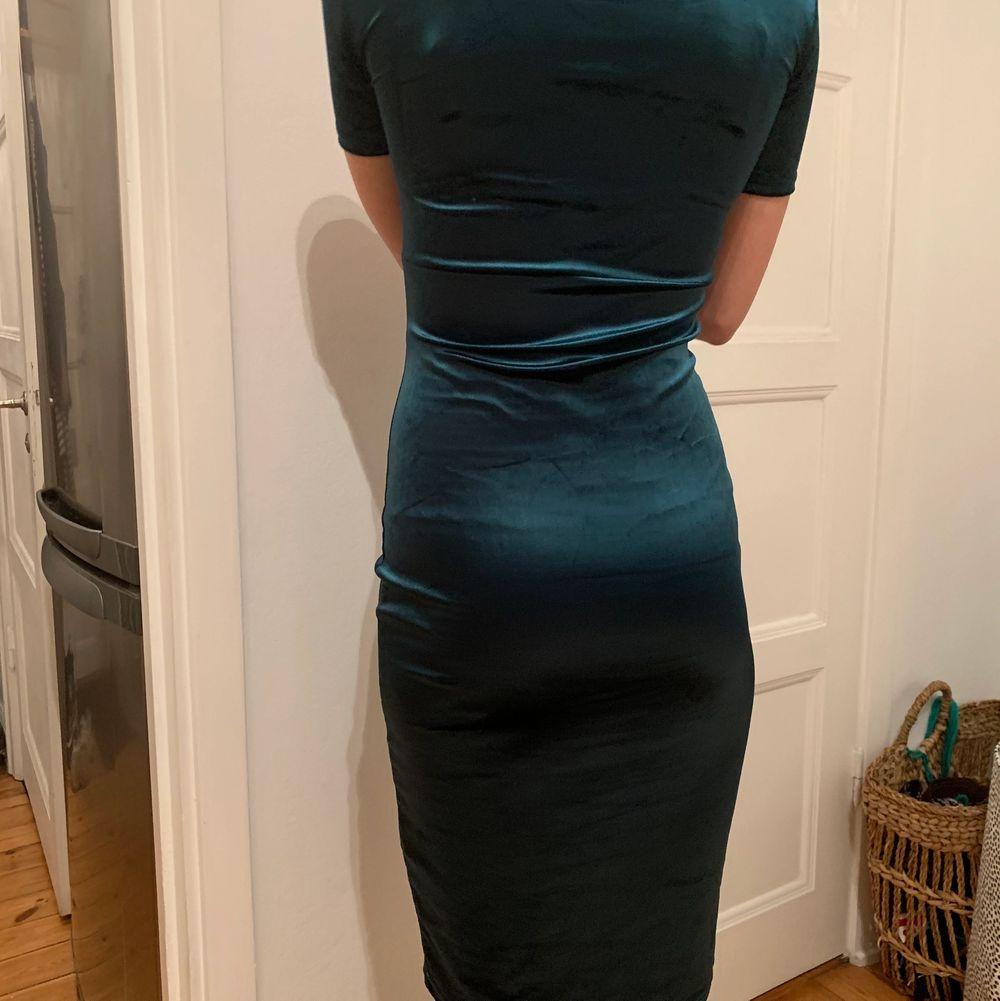 Åtsittande grön sammetsklänning. Storlek S, passar nog xs också. Använd vid ett tillfälle.. Klänningar.