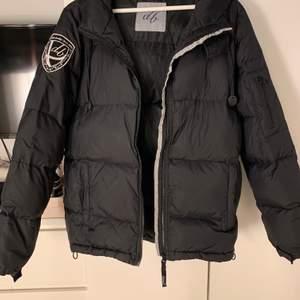 Jackan är använd förra vintern. Säljer pågrund av att den har blivit för liten. Storlek L