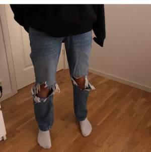Jag säljer nu dessa trendiga jeansen från Gina på grund av att de är för stora😊de är i superbra skick