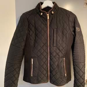 Svart quiltad jacka från Hollies STOCKHOLM. Strl 36, normal i storleken. Inköpt 2019 och är sparsamt använd. Fint skick.