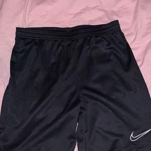 Ett par Nike shorts i nyskick. Ej använda💕 köptes för ca 199kr men säljs för 49kr.