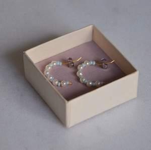 Örhängen med ljusblå och vita pärlor designade av vunodesign-Vera unosson❤️ fria från nickel.