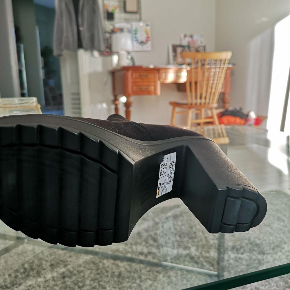 Ett par stövletter från dinsko som är aldrig använda. Lapparna sitter kvar. Ord pris 499 kr. Storlek 38. Köparen står för frakt. . Skor.