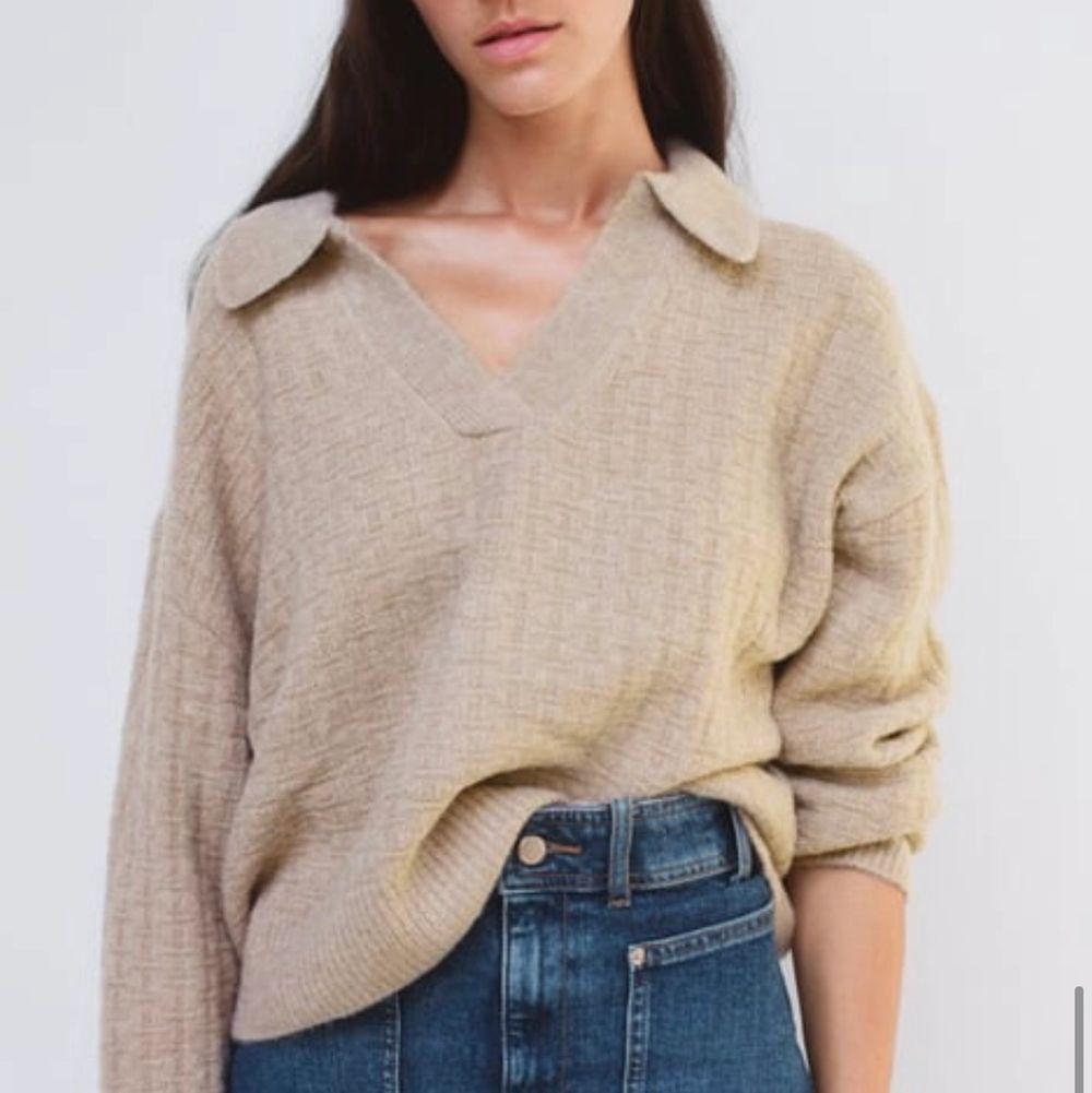 En jättefin stickad tröja med krage! Storlek M. Har vanligtvis S så sitter snyggt samt går att ha en spetstopp under som framhävs vackert. Endast testad så tröjan är som ny! Frakt ingår! Nypris 399kr. Stickat.