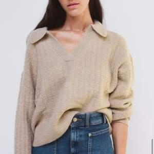 En jättefin stickad tröja med krage! Storlek M. Har vanligtvis S så sitter snyggt samt går att ha en spetstopp under som framhävs vackert. Endast testad så tröjan är som ny! Frakt ingår! Nypris 399kr