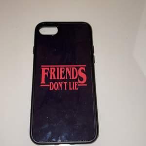Ett jättefint stranger things iPhone skal. Säljer för att jag har bytt mobil. Passar iPhone 7/8/SE. Jättefint skick, köpt för 300