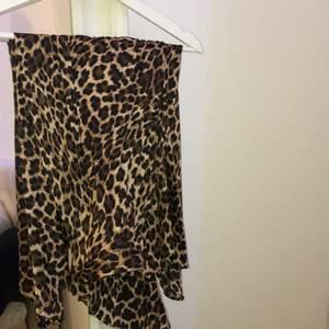 Säljer min leopard mönstrad kjol, köpt i New York på Zara för 500kr! Säljer för 200kr, då den är i ny skick och sällan använd. Inga skador. Strl XS och sitter tajt i midjan men har dragkedja vid midja. Frakt tillkommer💕