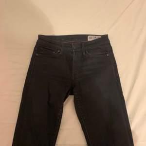 jättefina lågmidjade jeans från crocker, säljer då de inte passar mig. de är svarta och i fint skick! en billig frakt tillkommer då jag helst inte möts upp🌛