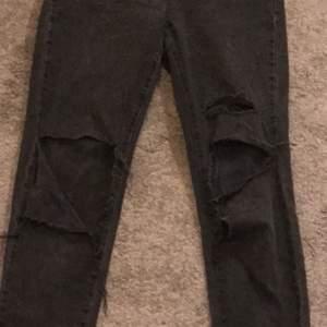 svarta håliga jeans från hm (hög midjade), säljer för 120kr inklusive frakt💕