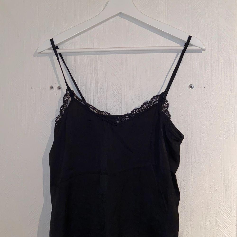 Fint svart nattlinne från Hollister i storlek XS. Aldrig använd utan bara testad då den ej passade. Går självklart att använda som vanligt linne, men det är ett tunnt tyg.. Toppar.