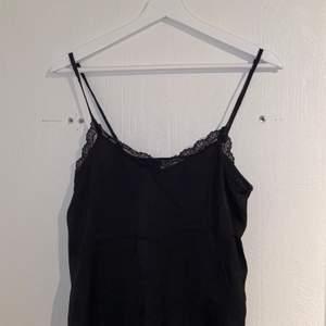 Fint svart nattlinne från Hollister i storlek XS. Aldrig använd utan bara testad då den ej passade. Går självklart att använda som vanligt linne, men det är ett tunnt tyg.