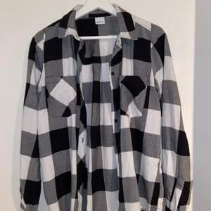 Svart och vit flannel/skjorta i jättebra skick, perfekt nu till hösten!   Köpt på Ginatricot och är i storlek 34.