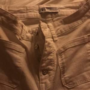 Skit snygga vita bootcut ifrån Zara storlek S. Säljs för 160kr hade inte sålt dom om dom inte var för små:/