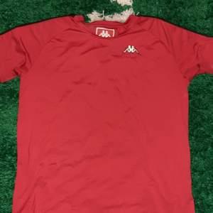 T-shirt från Gosha Rubchinskiy x Kappa Condition : 9/10 general wear inga fläckar eller hål Original pris : 900 ny (slutsåld), 1500 på grailed Storlek : Large, tts