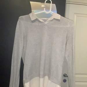 Säljer min fina tröja med skjortmotiv. I väldigt bra skick, bara använd ett par gånger. Säljer även en till liknande på min sida🥰 Frakt 63kr. Djur finns i hemmet.